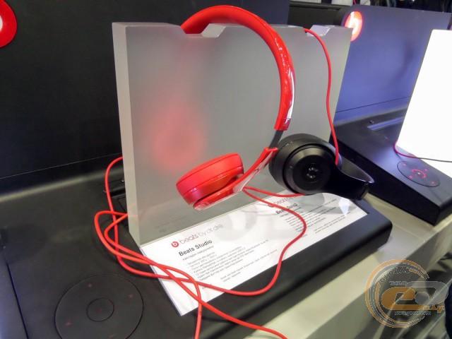 На сусідніх столах відвідувачі могли оцінити і якість звучання навушників  та акустичних систем Beats. Нагадаємо 155ffc099215f